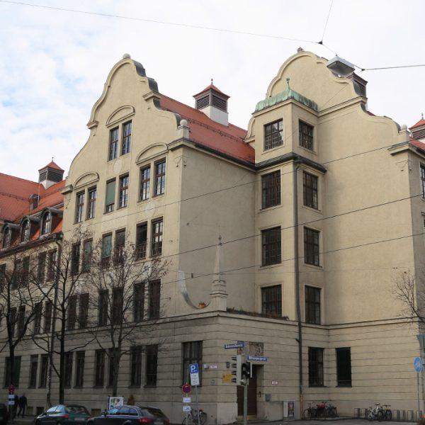 Beratende Ingenieure für Bauen im Bestand: Hermann-Frieb-Realschule, München. Außenansicht des Gebäudes