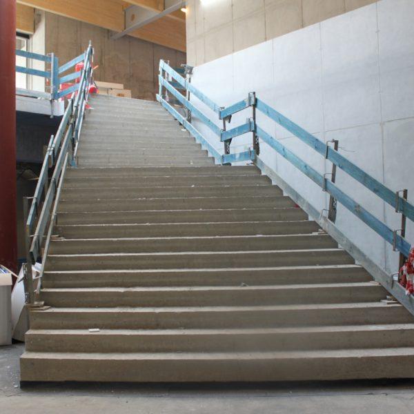Statik, Planung, baulicher Brandschutz und ingenieurtechnische Kontrolle für Neubau Kita und Gym Adidas. Innenansicht Rohbau Treppe