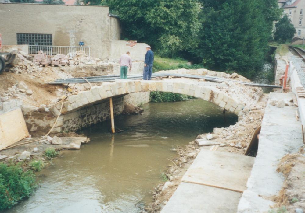 Maßnahmen für Traglasterhöhung, Ausschreibung und Bauüberwachung für Sanierung der Brücke in Oschatz. Maßnahmen für Traglasterhöhung, Ausschreibung und Bauüberwachung. Seitliche Ansicht der Bauarbeiten