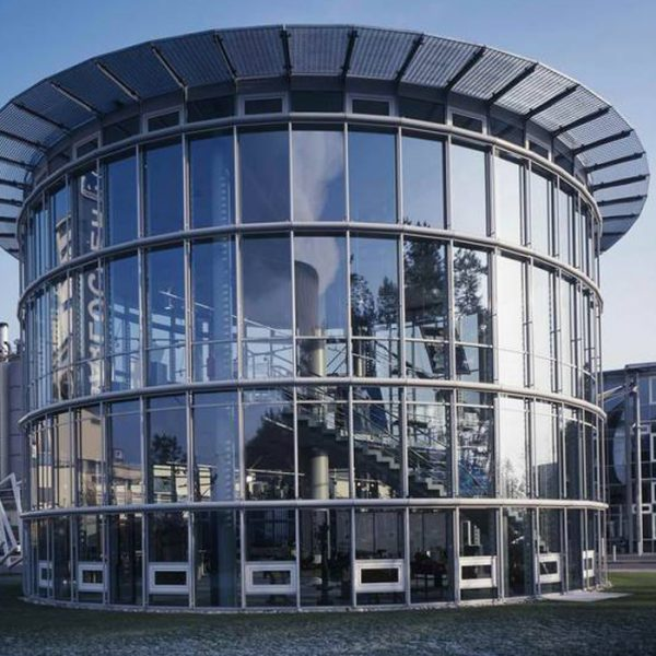Neubau Kunststoffmuseum Lingen. Statik, Bauablaufplanung, Ingenieurtechnische Kontrolle und baulicher Brandschutz. Außenansicht Treppenhaus mit Glasfronten