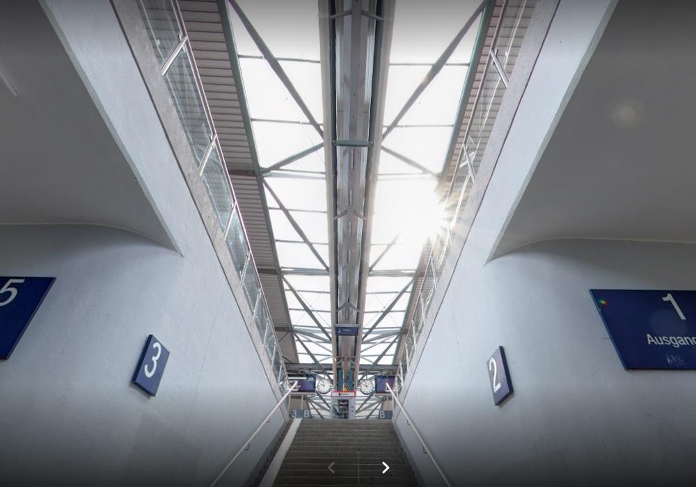Statik für den Neubau einer Bahnsteig-Überdachung aus Stahlbeton und Konstruktionsstahl in Rottweil. Blich auf den vorgespannter Stahlfachwerkträger von unten