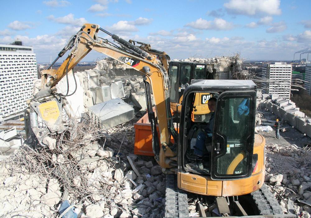Bauwerksuntersuchung, Abbruchstatik und Ausführungsplanung für Rückbau Hochhaus Arabellastraße, München. Etagenweiser Abriß mit Minnibaggern